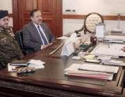 لاہور: نگران وزیراعلیٰ پنجاب ڈاکٹر حسن عسکری سے چیف سیکرٹری اکبر درانی ..