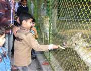 لاہور: چڑیا گھر کی سیر و تفری کے لیے آیا بچہ ہرن کو کیلا کھلا رہا ہے۔