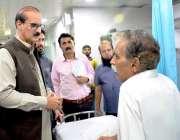 اسلام آباد: وفاقی وزیر صحت عامر محمود کیانی پمز دورہ کے موقع پر مریضوں ..