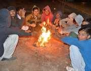 فیصل آباد: شہری سردی کی شدت سے بچنے کے لیے آگ جلائی بیٹھے ہیں۔