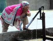 فیصل آباد: خاتون گرمی کی شدت کو کم کرنے کے لیے منہ پر پانی کے چھینٹے ..