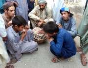 پشاور: افغان رفیوجی روایتی گیم کھیلنے میں مصروف ہیں۔