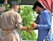 اسلام آباد: ریڑھی بان گنے کا رس فروخت کر رہا ہے۔
