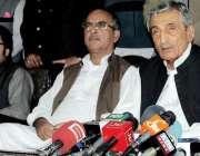 پشاور: سابق وفاقی وزیر حاجی غلام احمد بلور پریس کانفرنس سے خطاب کر رہے ..