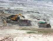 لاہور: مزدور دریائے راوی سے ٹرکوں پر ریت لوڈ کر رہے ہیں۔