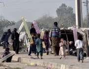 اسلام آباد: خانہ بدوش بچے بیلون سے کھیل رہے ہیں۔