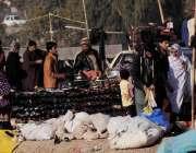 اسلام آباد: سردی میں اضافے کے باعث شہری کھنہ پل سے گرم جوتے خرید رہے ..