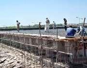 اسلام آباد: مزدور کھنہ پل انٹر چینچ کے تعمیراتی کام میں مصروف ہیں۔