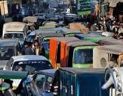راولپنڈی: راجہ بازار میں شدید ٹریفک جام کا منظر۔