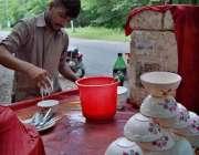 اسلام آباد: وفاقی دارالحکومت میں ریڑھی بان فالودہ فروخت کرر ہا ہے۔