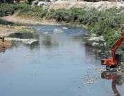 راولپنڈی: مون سون کے پیش نظر کرین کے ذریعے نالہ لئی کی صفائی کی جار ہی ..
