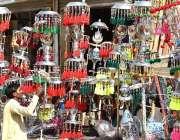 لاڑکانہ: دکاندار گاہکوں کو متوجہ کرنے کے لیے محرم الحرام کے حولے مختلف ..