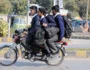 راولپنڈی: ٹریفک پولیس کی نااہلی کے باعث بغیر ہیلمٹ طلبہ سکول سے گھر ..