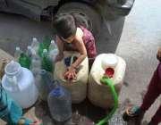 راولپنڈی: پانی کی قلت کے باعث ایک کمسن بچی دور دراز سے پانی بھرنے پر ..
