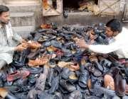 لاہور: ایک شہری جوتا خریدنے کے لیے پسند کر رہا ہے۔