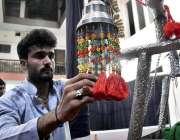 پشاور: ایک شخص محرم الحرام کے موقع پر امام بارگاہ میں مختلف اشیاء کی ..