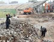 پشاور: مزدور ارباب نیاز سٹیڈیم کے تعمیراتی کام میں مصروف ہیں۔