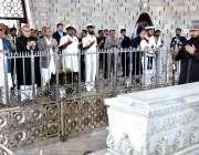 کراچی: صدر مملکت ڈاکٹر عارف علوی مزار قائد پر حاضری کے بعد فاتحہ خوانی ..
