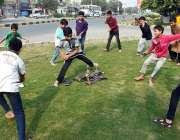 لاہور: بچے گرین بیلٹ پر روایتی گیم (بندر قلا) کھیل رہے ہیں۔