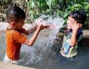 حیدر آباد: بچے گرمی کی شدت سے بچنے کے لیے نہر میں نہا رہے ہیں۔