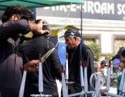 اسلام آباد: وفاقی دارالحکومت میں ایک ریڑھی بان قلفیاں فروخت کر رہا ..