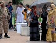 راولپنڈی: پولنگ کا سامان لینے کے لیے آنیوالی خواتین پریزائیڈنگ افسران ..