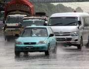 اسلام آباد: وفاقی دارالحکومت میں بارش کے دوران ٹریفک رواں دواں ہے۔