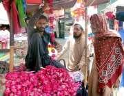 سرگودھا: شہری قبرستان کے باہر لگے سٹال سے پھولوں کے ہار خرید رہے ہیں۔