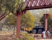 راولپنڈی: مزدور پیدل سڑک کراس کرنے کے پل نصب کررہے ہیں۔