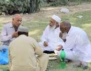 لاہور: پنجاب اسمبلی کے سامنے سمٹ مینار کی گراؤنڈ میں بیٹھے بزرگ شہری ..