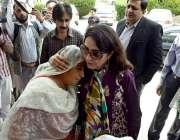 راولپنڈی: نگران وزیر ریلوے روشن خورشید بھروچہ سے ایک خاتون صاف پانی ..