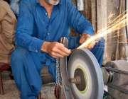 اسلام آباد: دکانگار سال پر چھری تیزکر رہا ہے۔