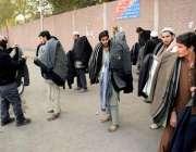 لاہور: شہری سردی کی شدت سے بچنے کے لیے جیکٹ خرید رہا ہے۔