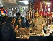 ملتان: عید کی تیاریوں میں مصروف خواتین جیولری خرید رہی ہیں۔