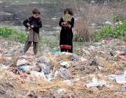 راولپنڈی: خانہ بدوش بچے کچرے سے کارآمد اشیاء تلاش کررہے ہیں۔