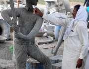 فیصل آباد: ایک آرٹس کرکے کے کھلاڑی کا مجسمہ بنانے میں مصرو ف ہے۔