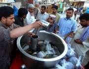 راولپنڈی: ریڑھی بان فروخت کے لیے مشروب تیار کررہاہے۔
