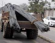 راولپنڈی: ٹرالی پر بھاری سریا لادھا گیا ہے جو کسی حادثے کا سبب بن سکتاہے۔
