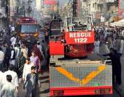 راولپنڈی: ریسکیو1122کے اہلکار ننکاری بازار میں ایک عمارت میں لگی آگ پر ..