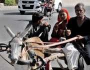 راولپنڈی: گرمی کی شدت کے باعث خانہ بدوش قلفی کھاتے ہوئے جا رہے ہیں۔