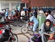 اسلام آباد: وفاقی دارالحکومت میں موٹرسائیکل سوار بارش سے بچنے کے لیے ..