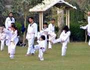 ملتان: عیدگاہ پارک میں بچے سپورٹس کی کلاس لیتے ہوئے۔