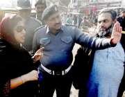 لاہور: ڈپٹی کمشنر صالحہ سعید شاہدرہ چوک کے چانک دورہ کے موقع پر تجاوزات ..
