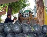 اسلام آباد: وفاقی دارالحکومت میں مزدور فروخت کے لیے ٹرک سے تربوز اتار ..