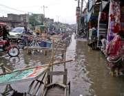 فیصل آباد: فیکٹری ایریا میں بارش کے بعد جمع شدہ پانی کا منظر۔
