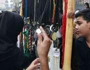 سرگودھا: چہلم حضرت امام حسین(رض) کے موقع پر خواتین عزادار ایک سٹال سے ..