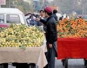 راولپنڈی: محنت کش فروٹ سجائے گاہکوں کے انتظار میں کھڑا ہے۔