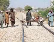 کراچی: ملیر میں ریلوے ملازمین ٹرین کی ٹوٹی ہوئی پٹڑی کو درست کر رہے ..