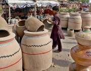 راولپنڈی: محنت کش بچہ گاہکوں کو متوجہ کرنے کے لیے مٹی کے برتن اور تندور ..