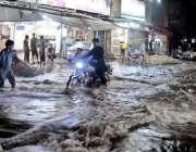 راولپنڈی: گزشتہ رات ہونے والی بارش کے بعد جامعہ مسجد روڈ پر شہری بار ..